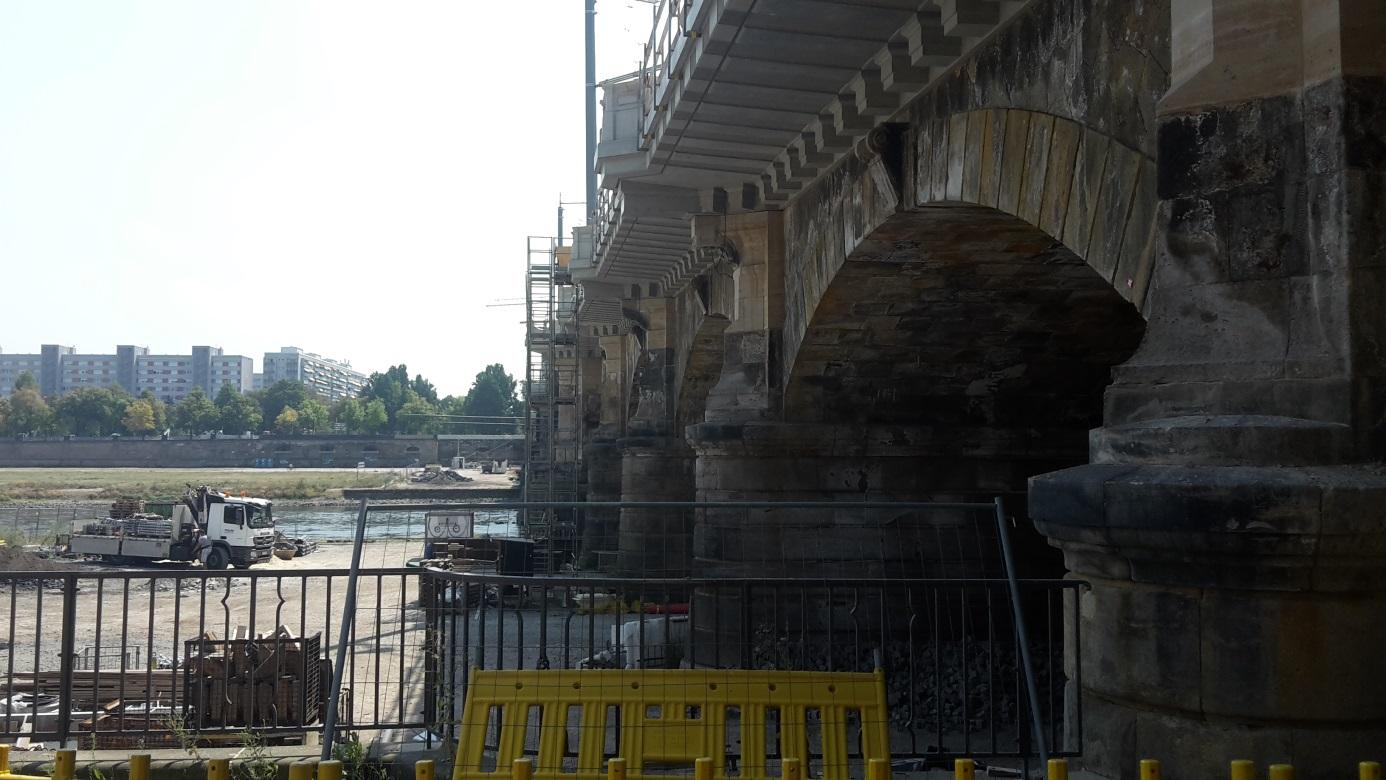 Sanierung Alberbrücke über die Elbe in Dresden - maschineller Gussasphalteinbau