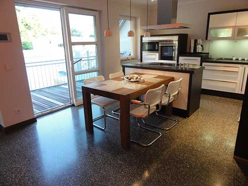 Schleifasphalt im Einfamilienhaus als exklusiver Bodenbelag in einer Wohnküche